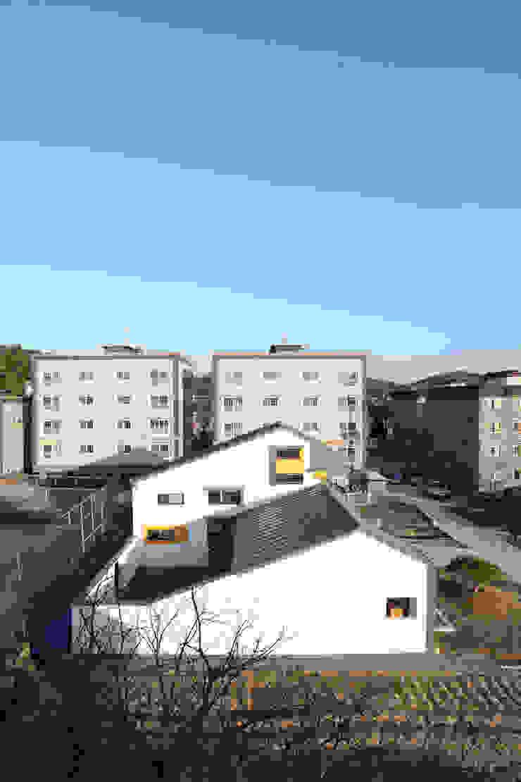 마당을 감싼 형태의 중정주택 모던스타일 주택 by 주택설계전문 디자인그룹 홈스타일토토 모던
