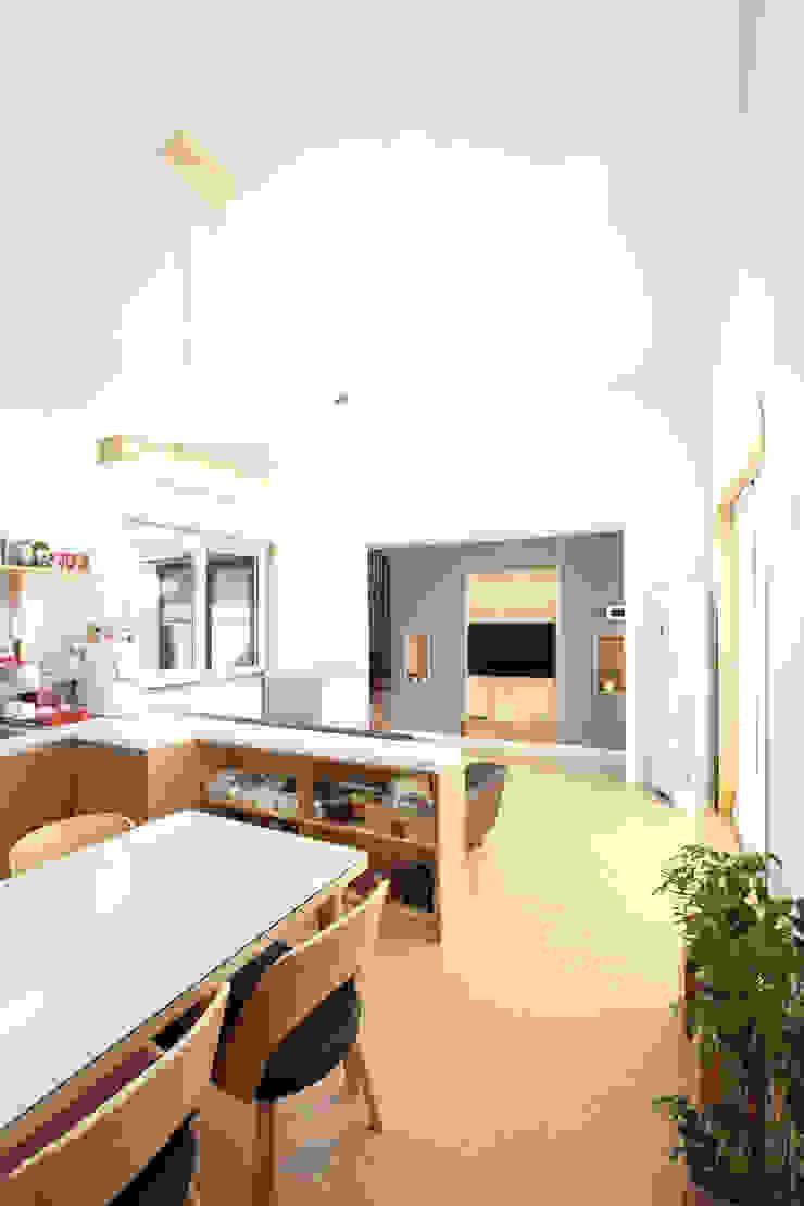 거실과 트여있는 주방모습 모던스타일 주방 by 주택설계전문 디자인그룹 홈스타일토토 모던