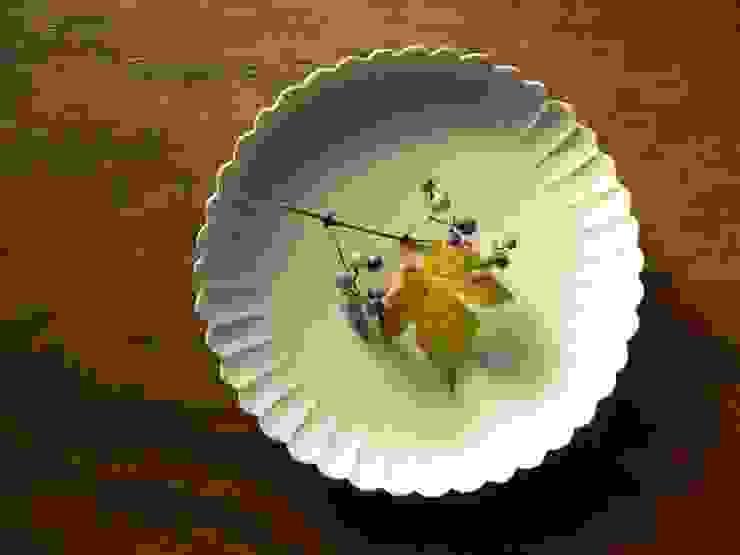 白磁輪花8寸皿: 三窯が手掛けたクラシックです。,クラシック 磁器