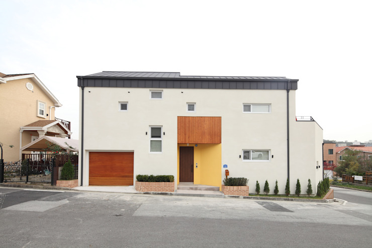 도로쪽 북향면: 주택설계전문 디자인그룹 홈스타일토토의  주택,모던