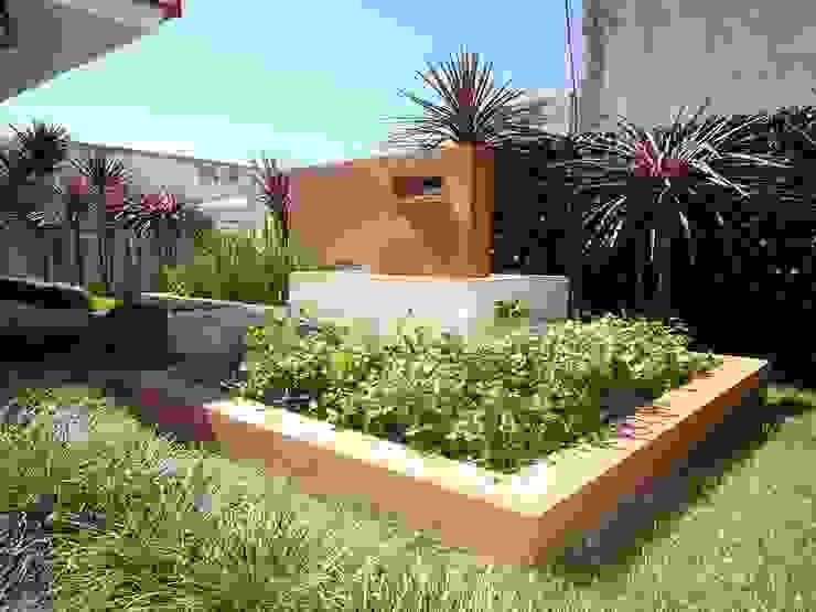 PAISAJE PARQUE VIVIENDA CHALET: Jardines de estilo  por milena oitana,Ecléctico