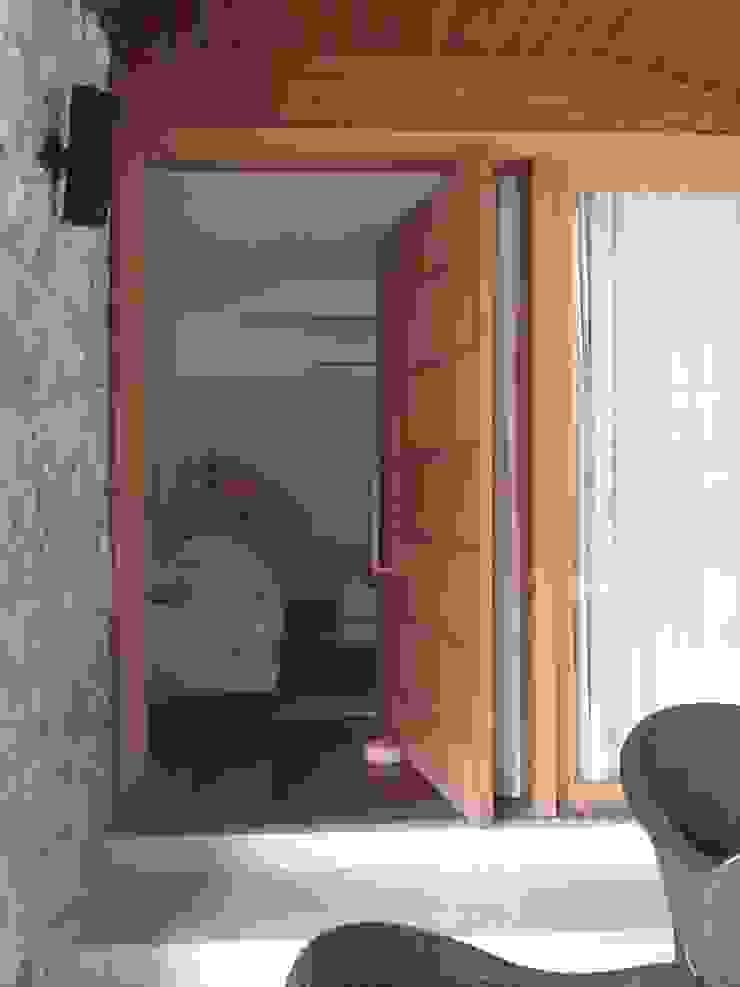 porta pivotante para o acesso á sala de tv por Margareth Salles Moderno MDF