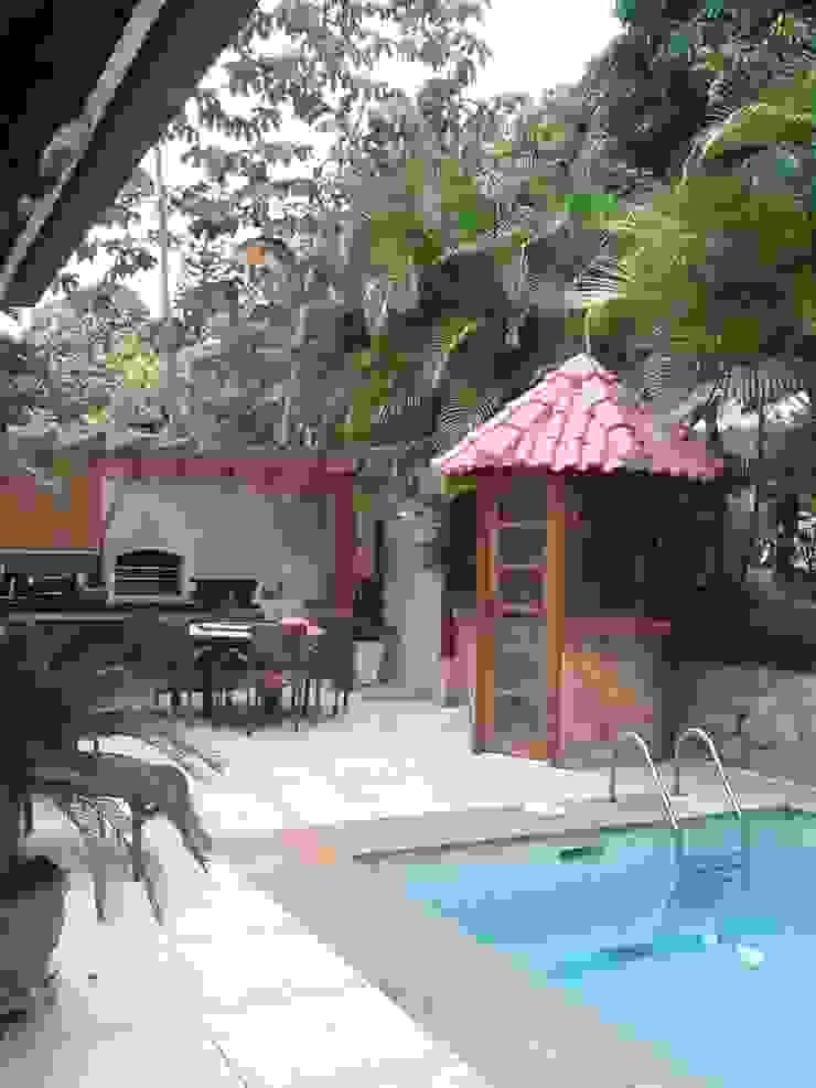 área de lazer com churrasqueira e piscina Varandas, alpendres e terraços modernos por Margareth Salles Moderno Pedra