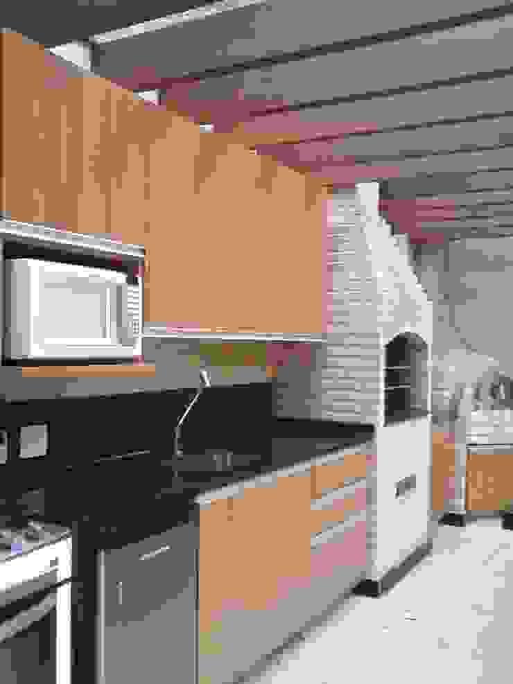 área de lazer com churrasqueira e piscina Varandas, alpendres e terraços modernos por Margareth Salles Moderno MDF