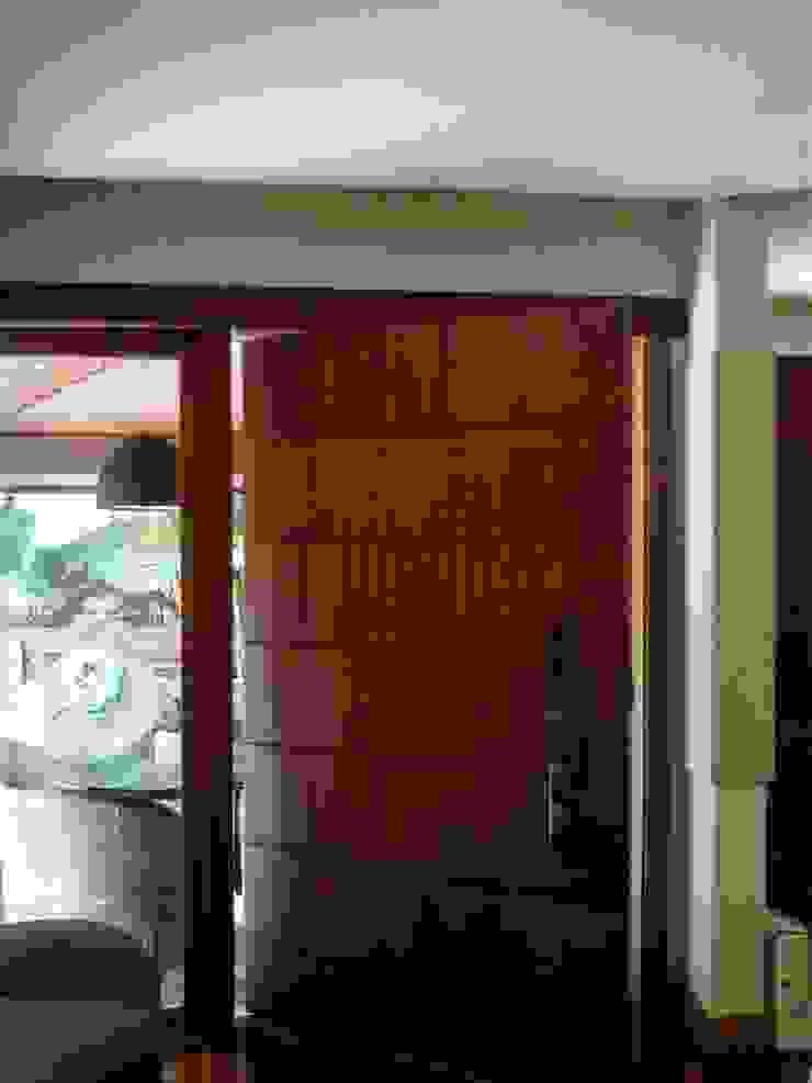 porta pivotante Portas e janelas modernas por Margareth Salles Moderno MDF