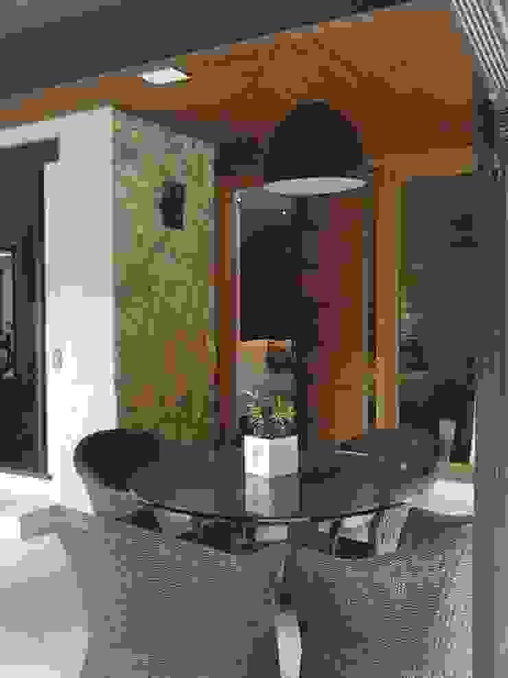 varanda de acesso a sala de tv com porta pivotante Varandas, alpendres e terraços modernos por Margareth Salles Moderno MDF