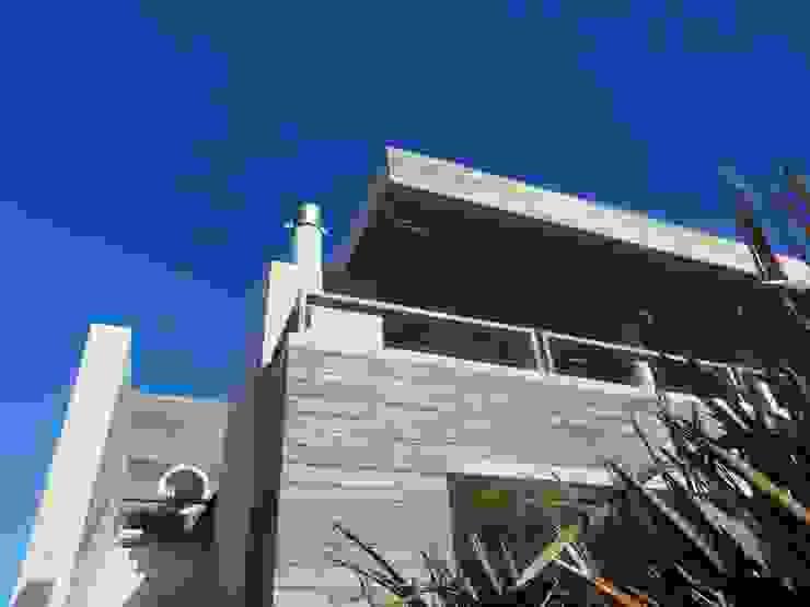 Modern houses by Estudio de arquitectura Vivian Avella Longhi Modern