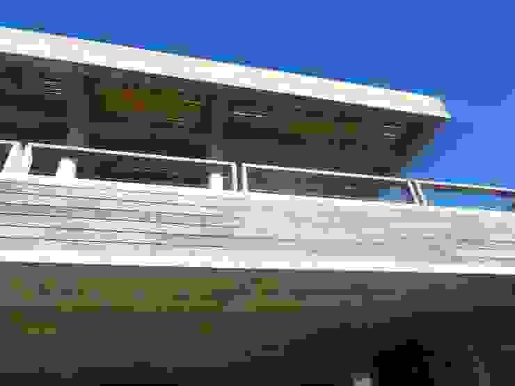 Casa <q>La Familia</q> Balcones y terrazas modernos: Ideas, imágenes y decoración de Estudio de arquitectura Vivian Avella Longhi Moderno