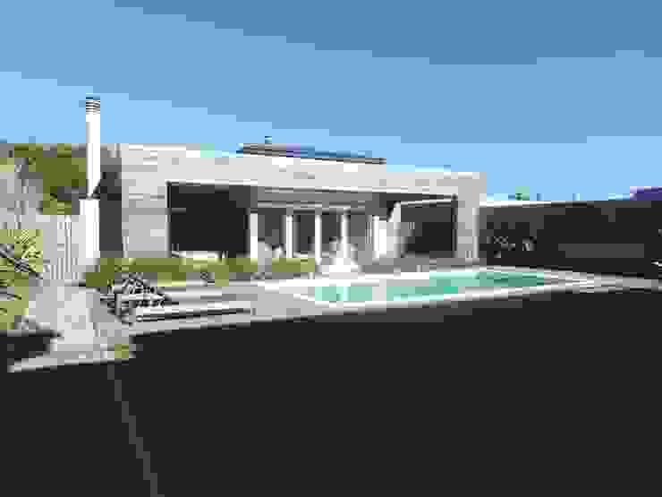 Piscinas de estilo moderno de Estudio de arquitectura Vivian Avella Longhi Moderno
