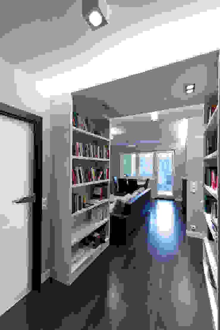 Raw Apartment Minimalistyczny korytarz, przedpokój i schody od Fotografia Przemysław Turlej Minimalistyczny