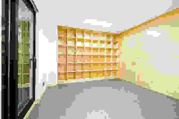 구산동 근린생활시설+주택 스칸디나비아 벽지 & 바닥 by GongGam Urban Architecture & Construction 북유럽