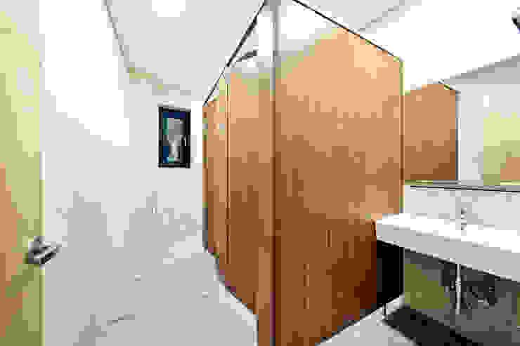 구산동 근린생활시설+주택 스칸디나비아 욕실 by GongGam Urban Architecture & Construction 북유럽