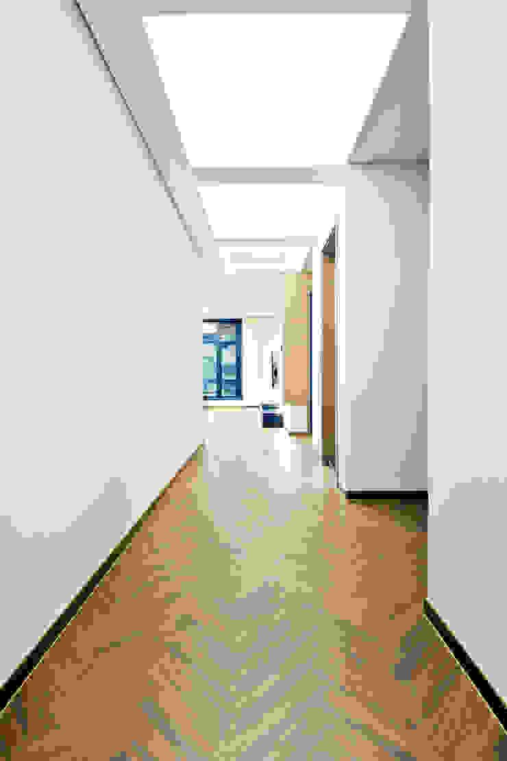 구산동 근린생활시설+주택 스칸디나비아 복도, 현관 & 계단 by GongGam Urban Architecture & Construction 북유럽