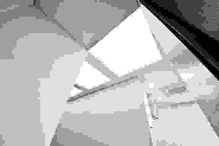 구산동 근린생활시설+주택 스칸디나비아 창문 & 문 by GongGam Urban Architecture & Construction 북유럽