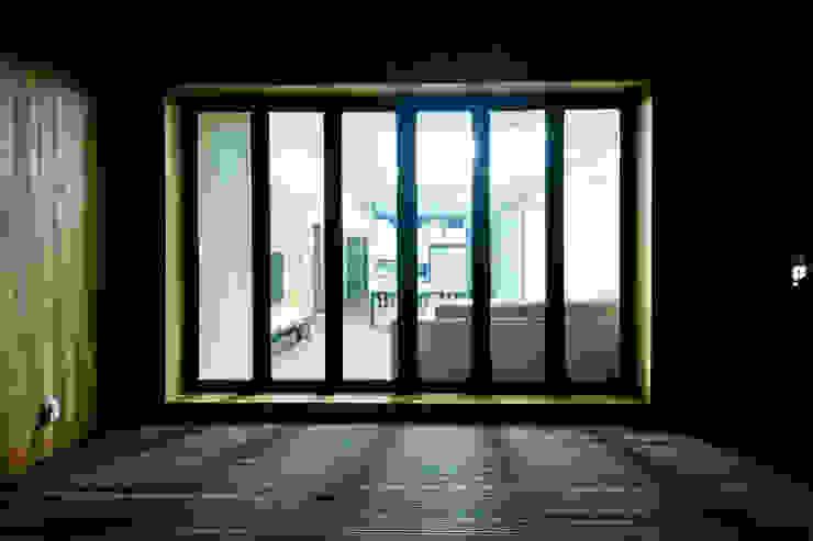 구산동 근린생활시설+주택 스칸디나비아 발코니, 베란다 & 테라스 by GongGam Urban Architecture & Construction 북유럽