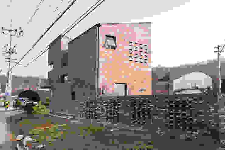 現代房屋設計點子、靈感 & 圖片 根據 GongGam Urban Architecture & Construction 現代風