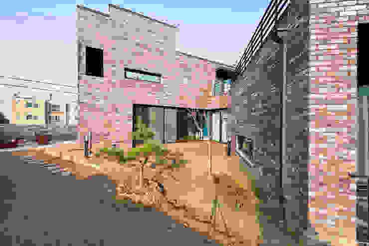 관산동 주택 모던스타일 발코니, 베란다 & 테라스 by GongGam Urban Architecture & Construction 모던