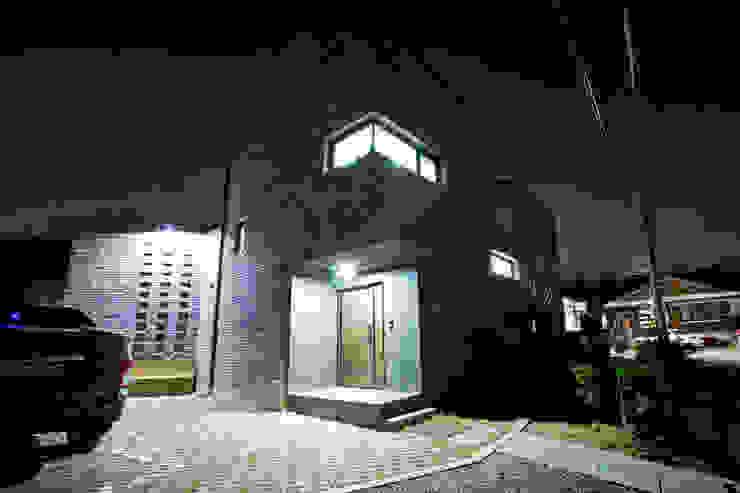 관산동 주택 모던스타일 복도, 현관 & 계단 by GongGam Urban Architecture & Construction 모던