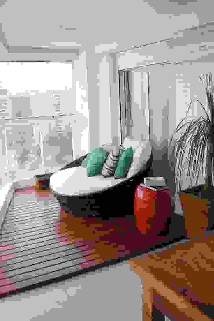 Apt Praia:  tropical por Carol Abumrad Arquitetura e Interiores,Tropical
