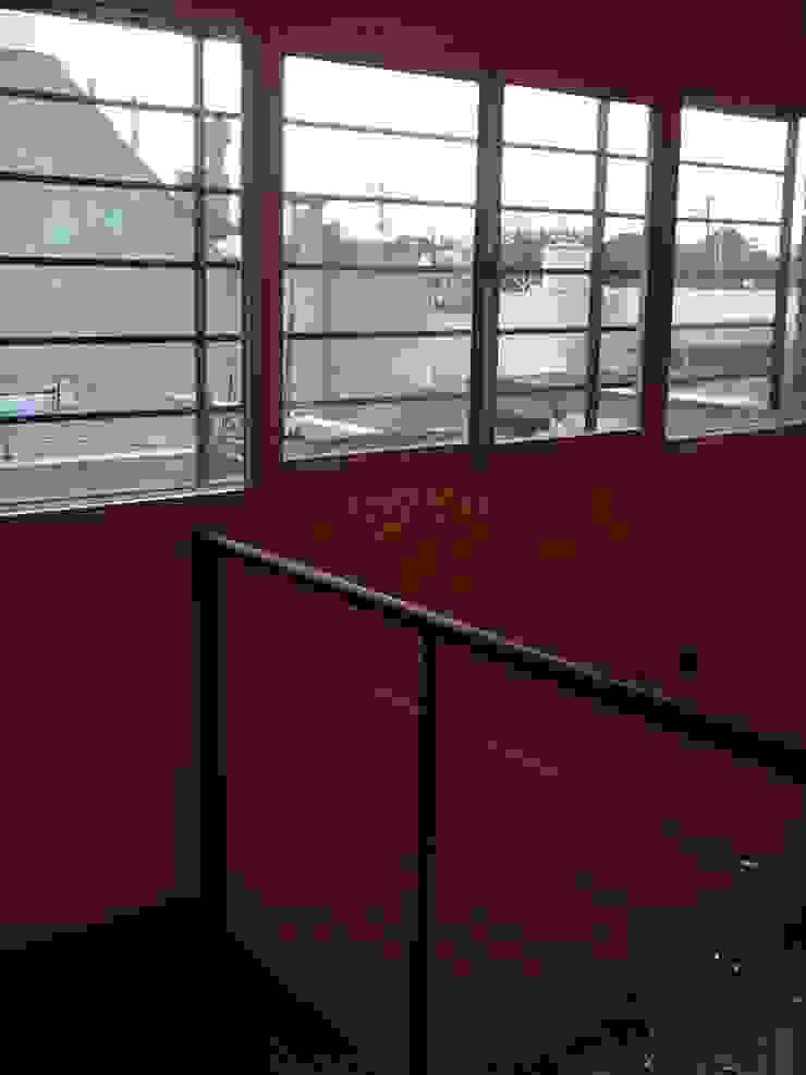 AyC Arquitectura Ingresso, Corridoio & Scale in stile moderno