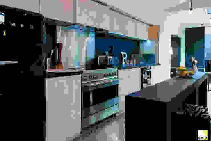 Vue de la cuisine Cuisine moderne par Elisabeth Manguin Architecte Moderne Bois massif Multicolore