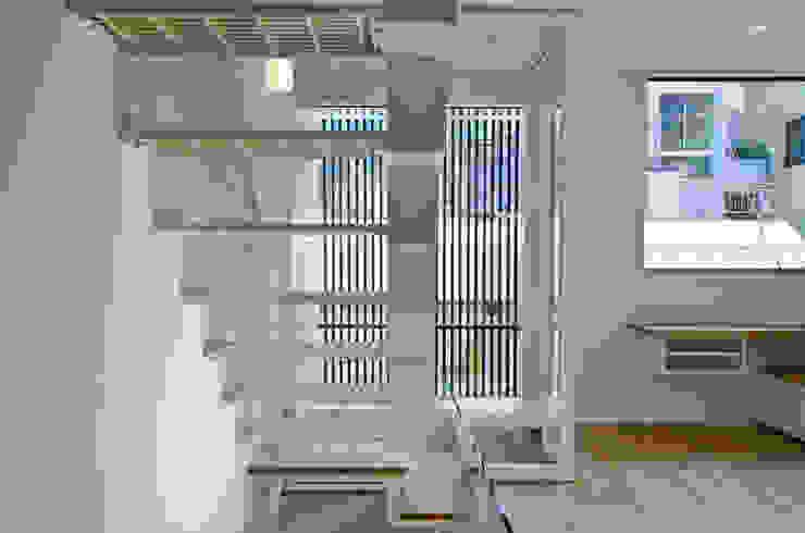Modern Corridor, Hallway and Staircase by 씨즈 아틀리에 Modern