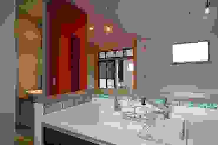 キッチンからの眺め モダンな キッチン の 戸田晃建築設計事務所 モダン タイル