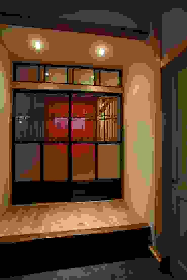 リビングの入り口 モダンデザインの リビング の 戸田晃建築設計事務所 モダン 木 木目調