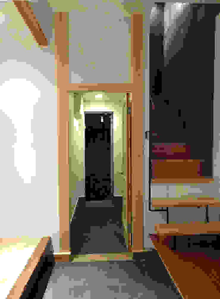 通り庭 モダンスタイルの 玄関&廊下&階段 の 戸田晃建築設計事務所 モダン 石