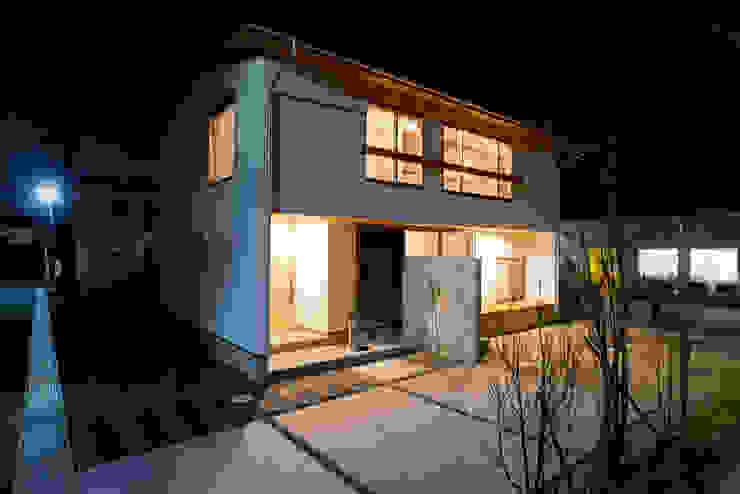 夕景に映える無駄を省いたシンプルな外観 北欧風 家 の 合同会社negla設計室 北欧