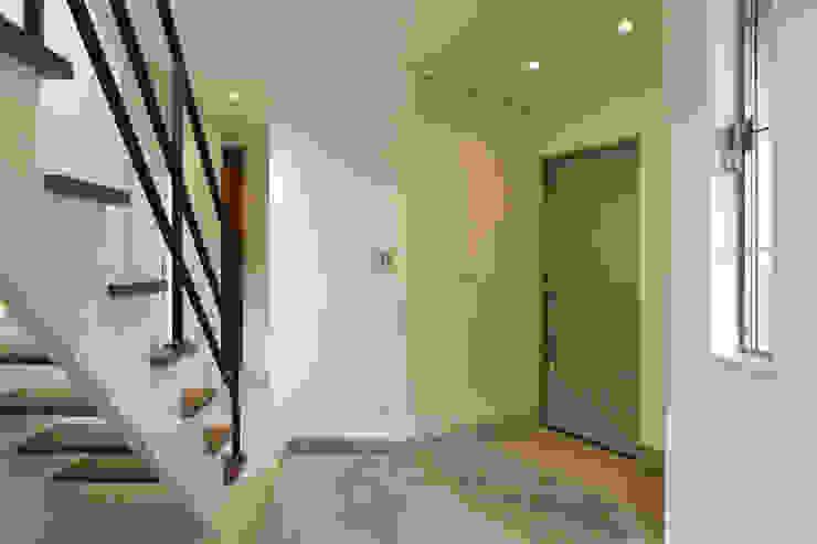 ホール土間 モダンスタイルの 玄関&廊下&階段 の OARK一級建築士事務所 モダン