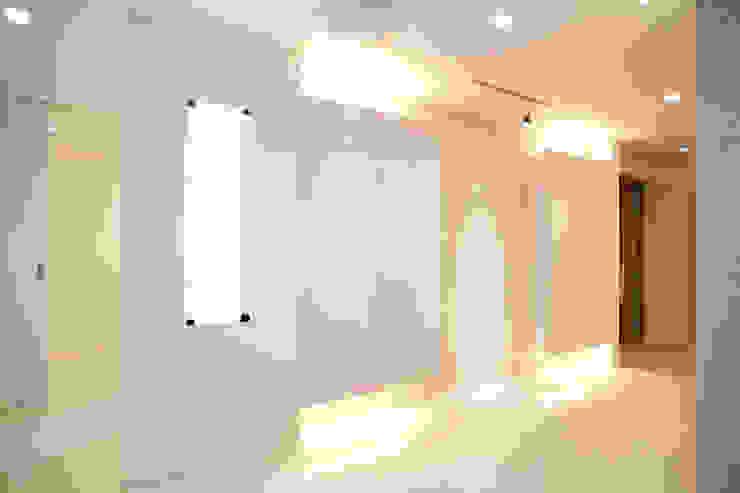 玄関収納、飾り棚 モダンスタイルの 玄関&廊下&階段 の OARK一級建築士事務所 モダン
