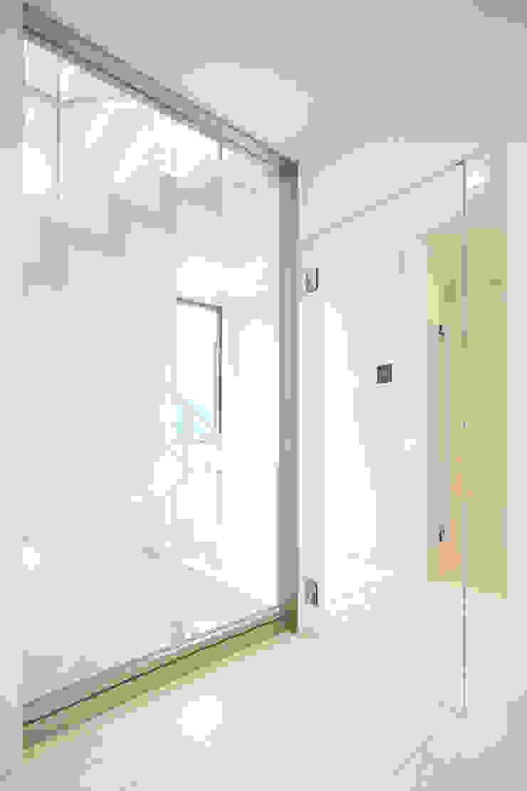 ホールから階段 モダンデザインの 多目的室 の OARK一級建築士事務所 モダン