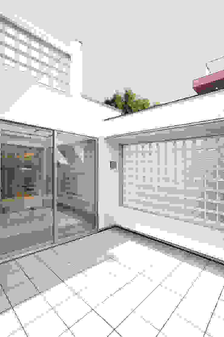中庭 モダンデザインの テラス の OARK一級建築士事務所 モダン
