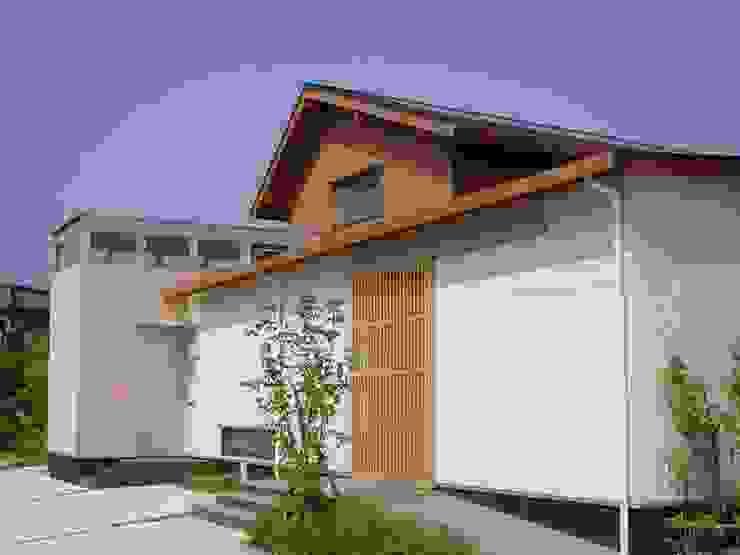 長屋門の家 日本家屋・アジアの家 の AMI ENVIRONMENT DESIGN/アミ環境デザイン 和風