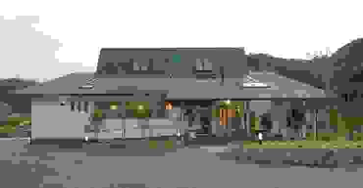大河内温泉いのゆ 日本家屋・アジアの家 の AMI ENVIRONMENT DESIGN/アミ環境デザイン 和風