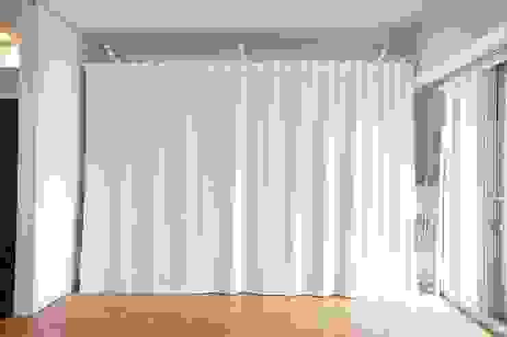 Dormitorios de estilo minimalista de ニュートラル建築設計事務所 Minimalista