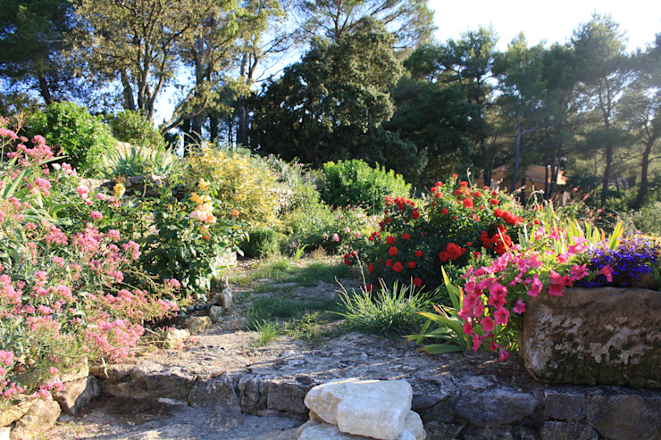Cheminement à travers massif: Jardin de style  par I.D.O jardins,