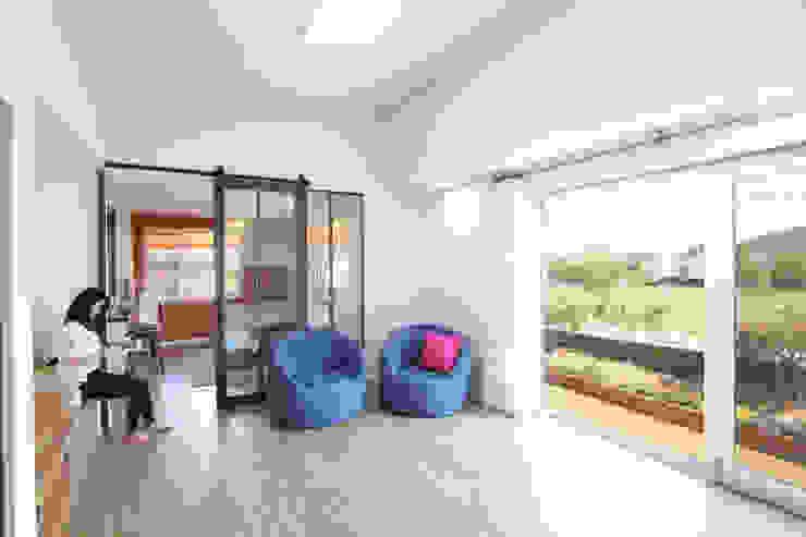 오픈천장인 거실: 주택설계전문 디자인그룹 홈스타일토토의  거실,모던
