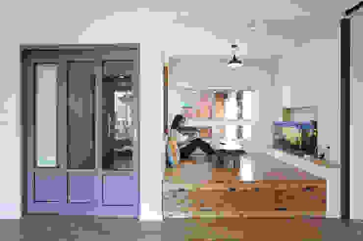거실한켠의 좌식평상 모던스타일 거실 by 주택설계전문 디자인그룹 홈스타일토토 모던