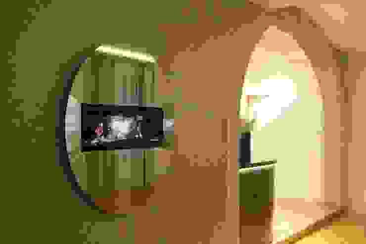Flores Village Hotel & Spa – Works by Glassinnovation Hotéis modernos por Glassinnovation Illusion Magic MirrorTV Moderno