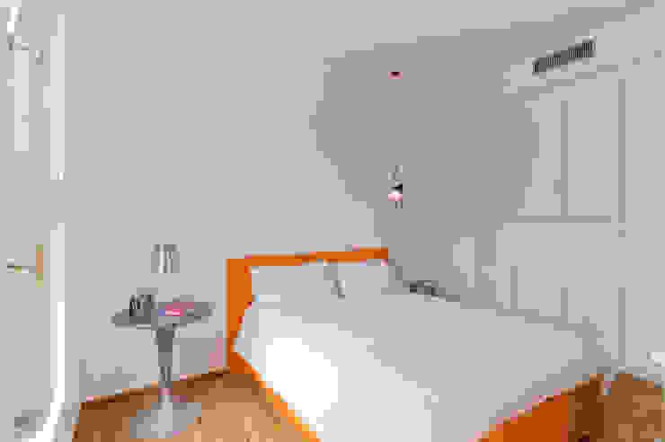 PRIVATE APARTMENT_ROS Camera da letto moderna di cristianavannini | arc Moderno