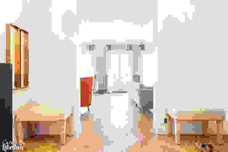 Entrée et salon Haussmannien Couloir, entrée, escaliers modernes par Carnets Libellule Moderne