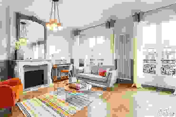 Grand salon avec parquet Salon moderne par Carnets Libellule Moderne