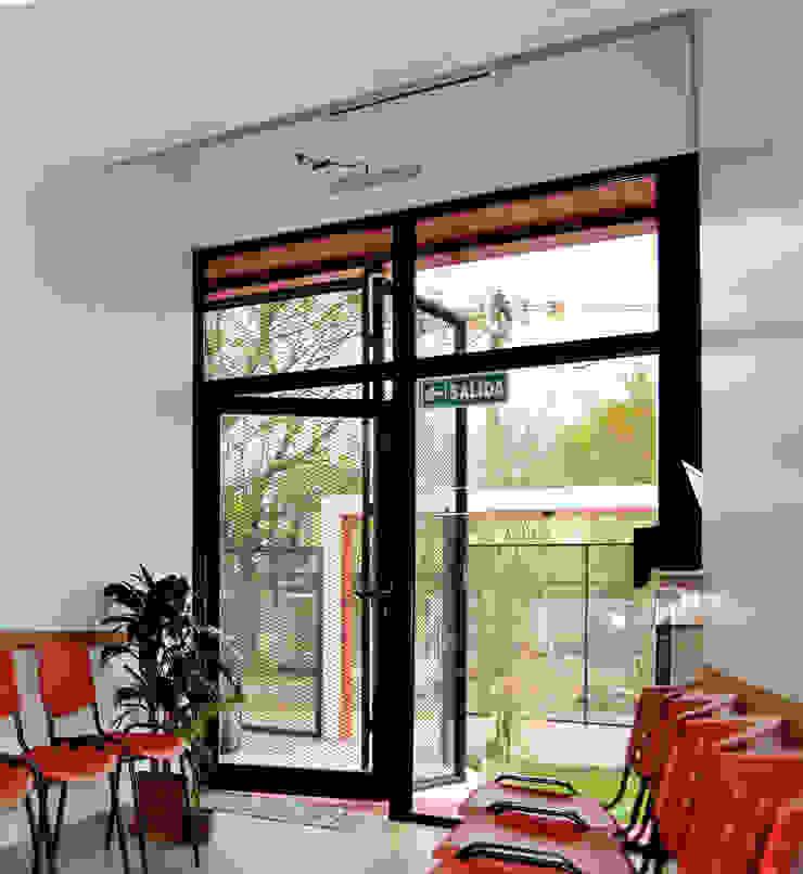 Escuela de Artes Escénicas de Villa Elisa Casas modernas: Ideas, imágenes y decoración de reimersrisso Moderno