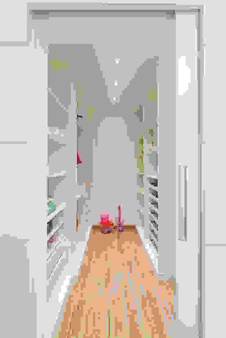 Moderne Ankleidezimmer von Laura Santos Design Modern
