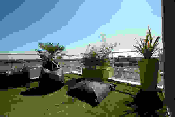 Vertigo jardins Modern balcony, veranda & terrace