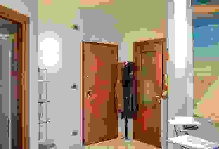 Pasillos, vestíbulos y escaleras modernos de ATELEON Moderno