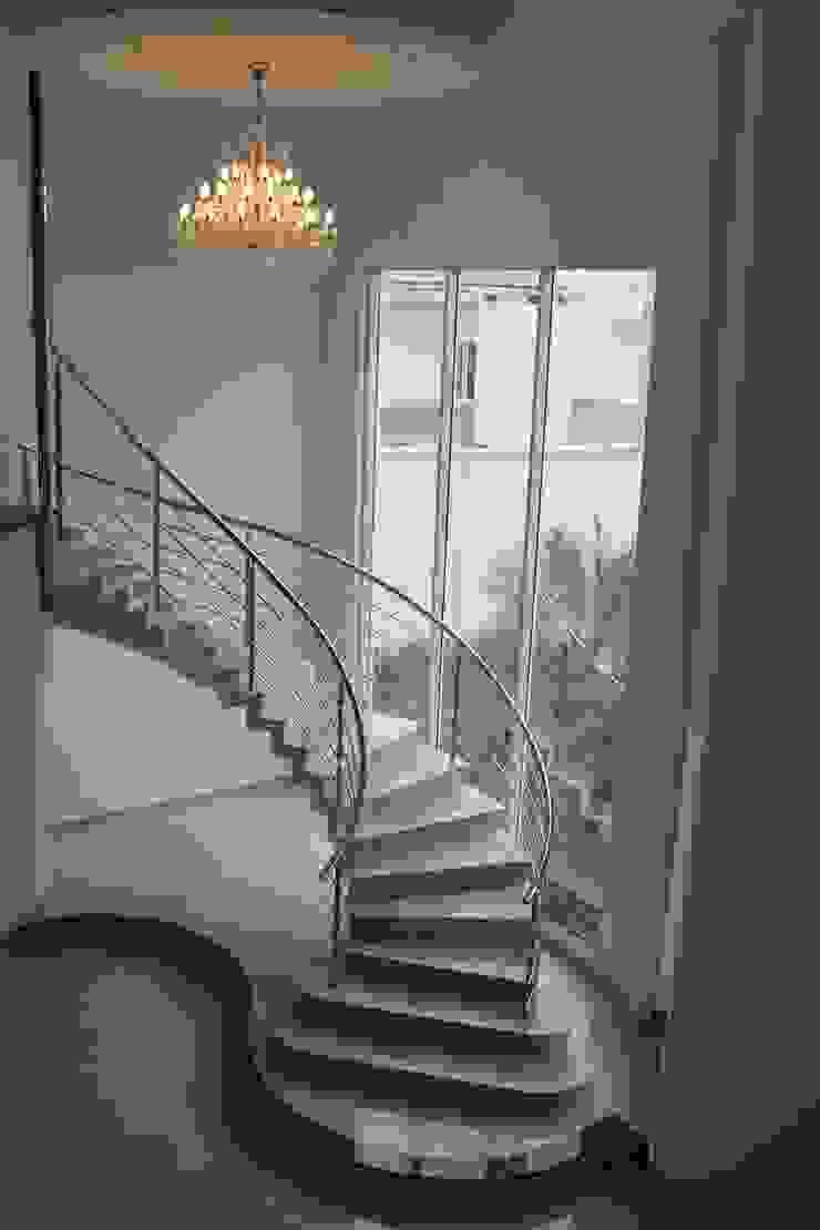 Escada Majestosa Corredores, halls e escadas clássicos por Penha Alba Arquitetura e Interiores Clássico Mármore