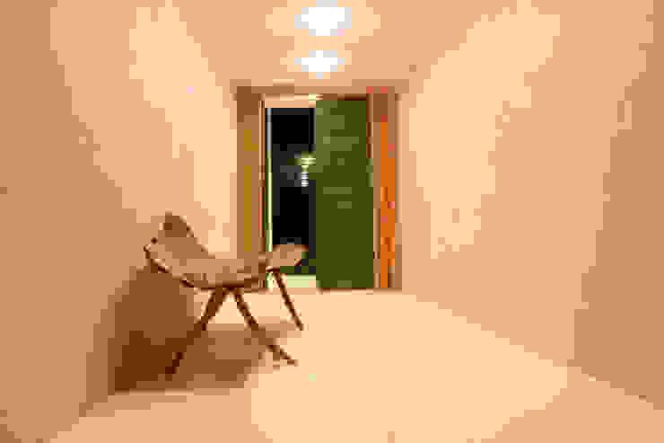 Pasillos, vestíbulos y escaleras de estilo moderno de LM Arquitetura | Conceito Moderno